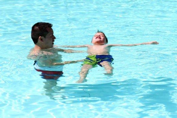 Fotos comenz la temporada de verano en la piscina for Putas en la piscina