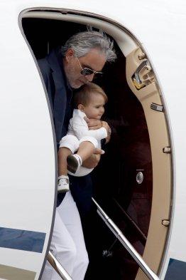 [Fotos] Andrea Bocelli llegó a Chile cargando en brazos a ...