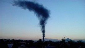 El fuego provocó una vistosa columna de humo negro.
