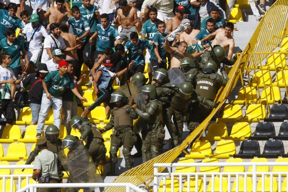 foto 0000000120140209182153 Santiago Wanderers fans beat up riot police during the match with Universidad de Chile last weekend