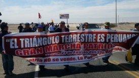 Un grupo de peruanos marchó hacia la frontera entre ambos países.