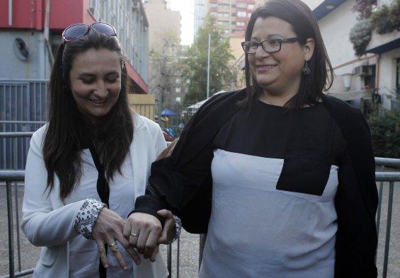 Fotos en el registro civil de santiago comenzaron los for Lesbianas en la oficina