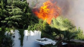 Incendio se desarrolla a poca distancia de las viviendas.