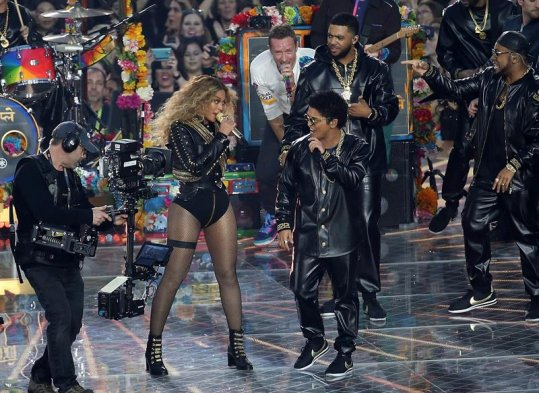 Fotos coldplay beyonc y bruno mars animaron el for Noticias mas recientes del medio del espectaculo