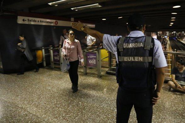 protesta contra el alza del pasaje del Metro de Santiago, en distintos