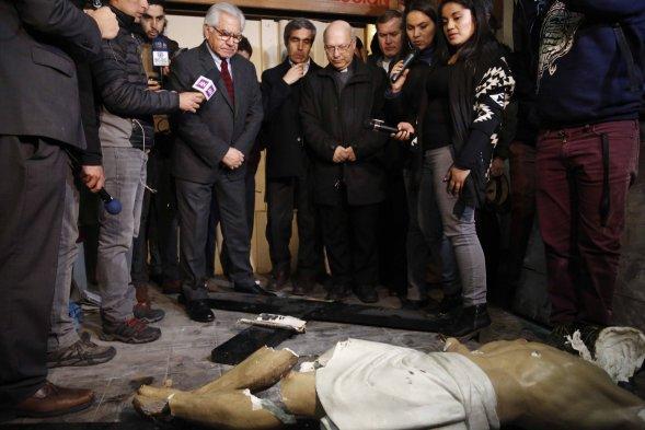 Fotos ministro del interior visit iglesia saqueada por for Nombre del ministro de interior y justicia 2016