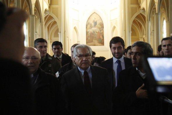 Fotos ministro del interior visit iglesia saqueada por for Foto del ministro del interior
