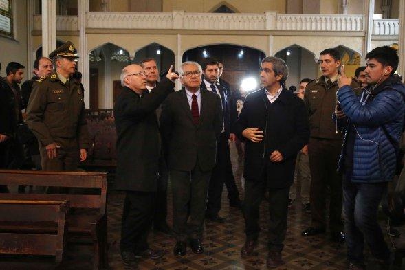 Fotos ministro del interior visit iglesia saqueada por for Nuevo ministro del interior 2016