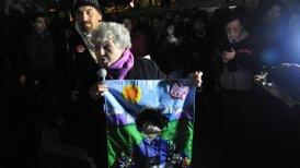 La madre de Rodrigo Rojas encabezó el homenaje a su hijo.