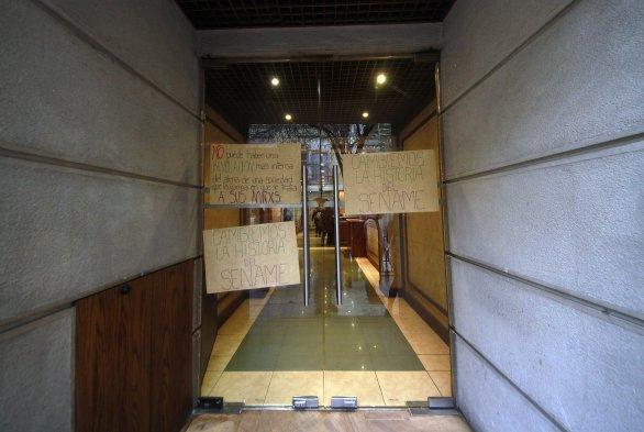 Fotos la manifestaci n de los estudiantes en las afueras for Grupo vips oficinas centrales