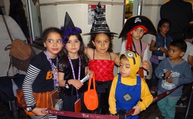 Con coloridos disfraces, niños chihuahuenses