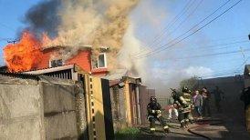El incendio provocó el deceso del morador de una de las casas afectadas.