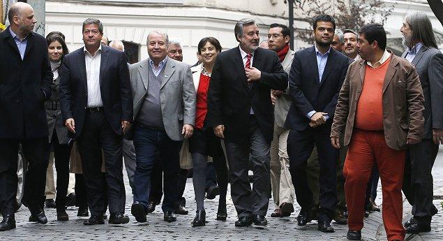 Guillier y Beatriz Sánchez protagonizan duro cruce de declaraciones