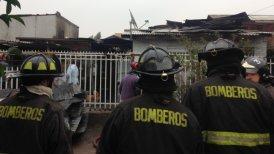 El incendio dañó tres viviendas en la población Santa Ana.