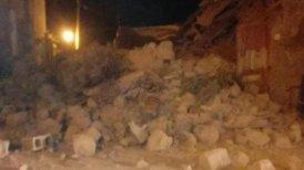 Algunas calles y vías locales quedaron invadidas por escombros y algunos edificios habitados sufrieron derrumbes.