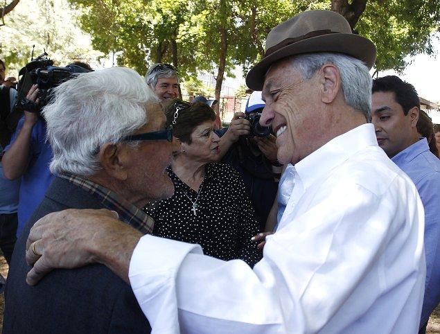 Piñera se prepara para las elecciones, jugando fútbol
