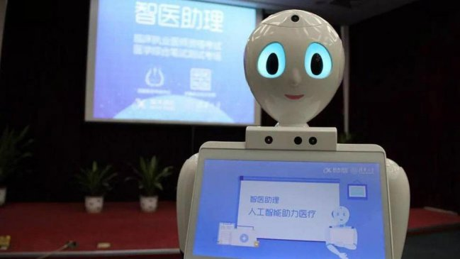 Médico-robot trata pacientes en China