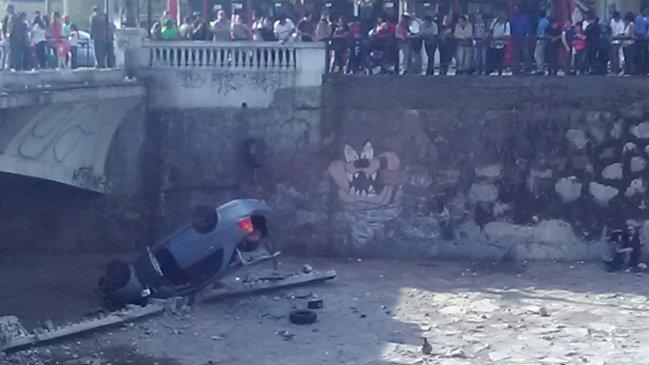 Madre e hijo quedaron heridos tras caer al Mapocho en su auto