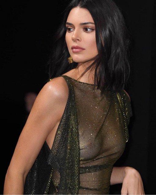 Impacta Kendall Jenner con desliz, ¡dejó ver su seno!