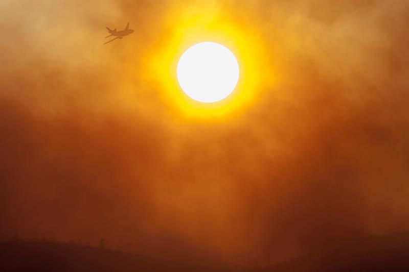 Un incendio forestal afecta al condado de Brooks en California, EEUU. El fuego está siendo impulsado por las adversas condiciones climáticas, con altas temperaturas, fuertes ráfagas de viento y un bajo porcentaje de humedad que propician que el siniestro se expanda aún más y que ya haya consumido más de 6.700 hectáreas.