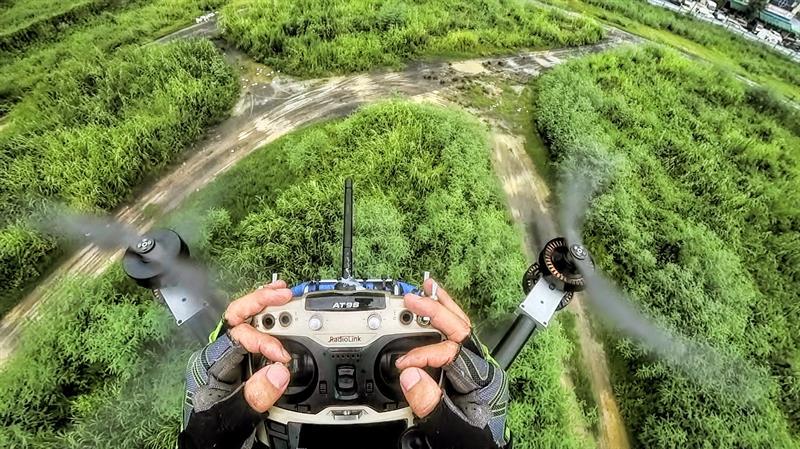 Un inventor chino construye una moto voladora