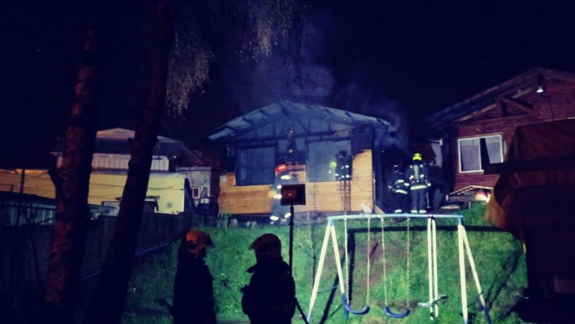 Cabaña quedó destruída tras incendio en calle Baquedano de Valdivia