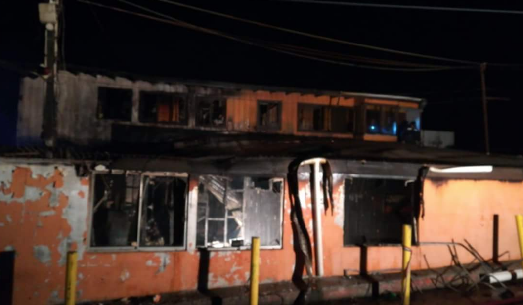 Valparaíso: Incendio destruyó oficinas de terminal de microbuses en Cerro Los Placeres