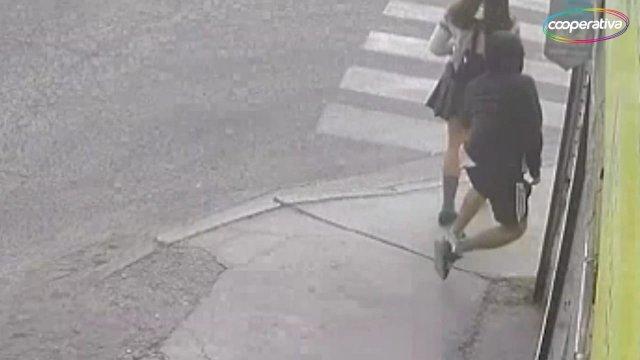 bc13224ca Video] Cámaras captaron a degenerado metiendo la mano bajo la falda ...