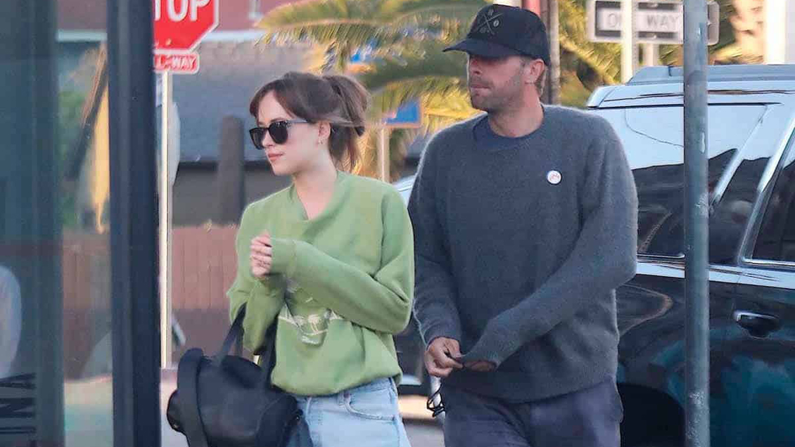 Aseguran que Dakota Johnson y Chris Martin esperan un hijo