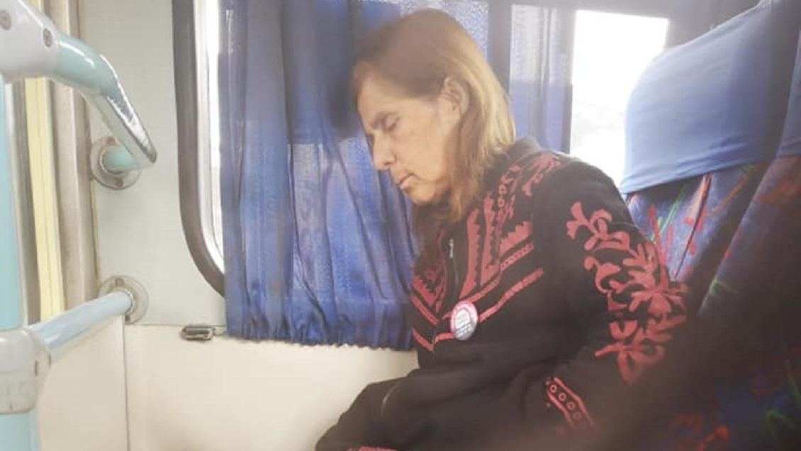 Chofer maneja micro con su mujer: Ella padece Alzheimer y no tiene con quién dejarla
