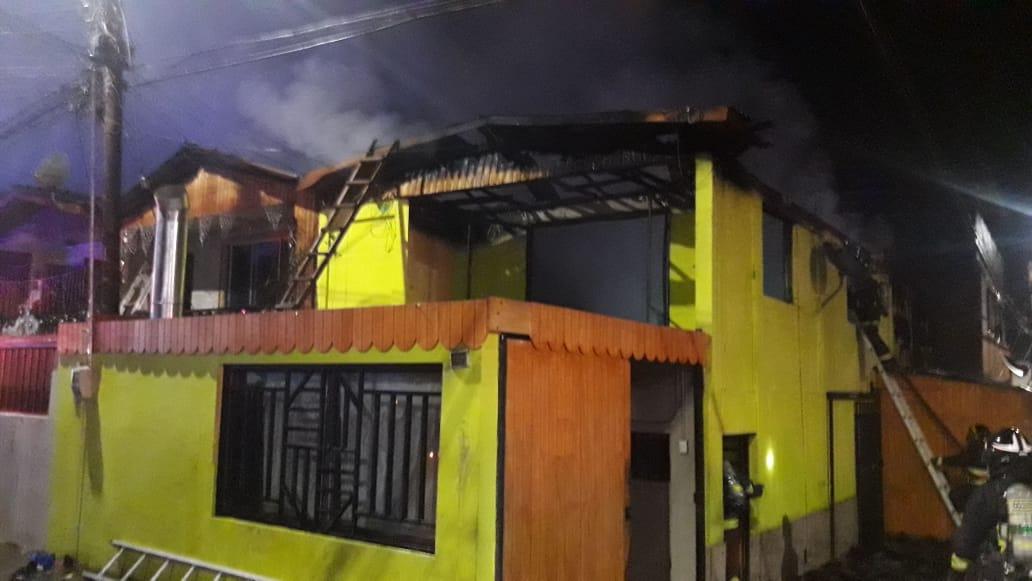 Iquique: voraz incendio destruyó dos casas en la noche de Navidad