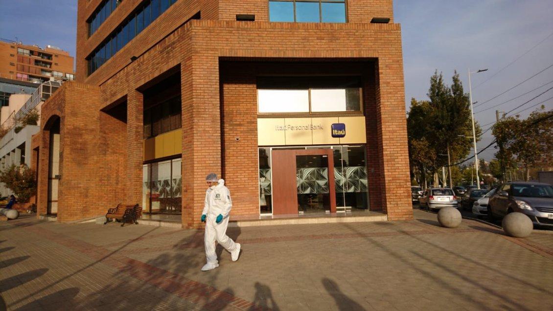 cf22bdec883c Robo armado a sucursal bancaria en Las Condes  130 millones de botín ...