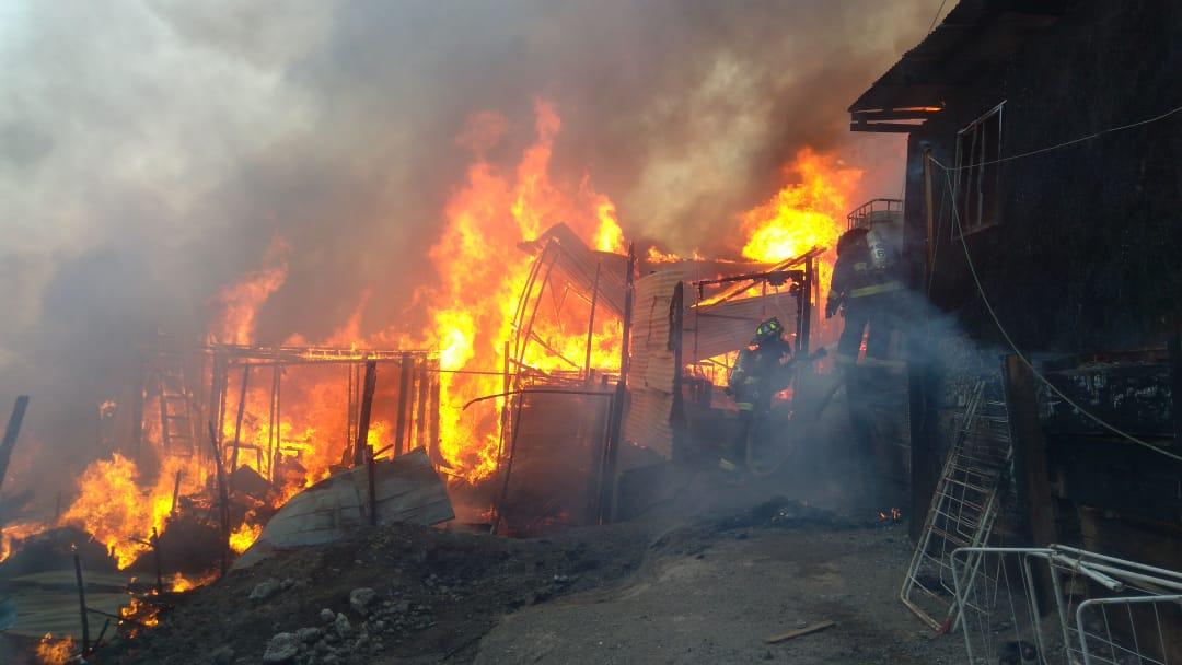 Incendio consume viviendas en campamento Vista Hermosa de Antofagasta