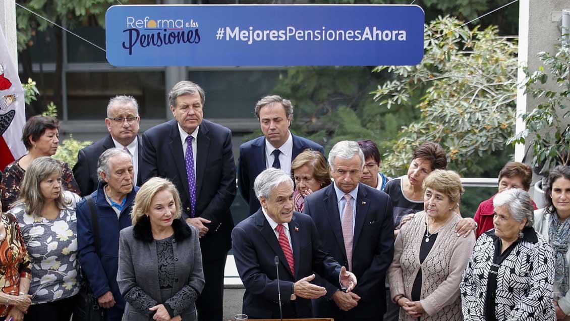 Encuesta Cadem: El 53% rechaza la reforma de pensiones de Piñera