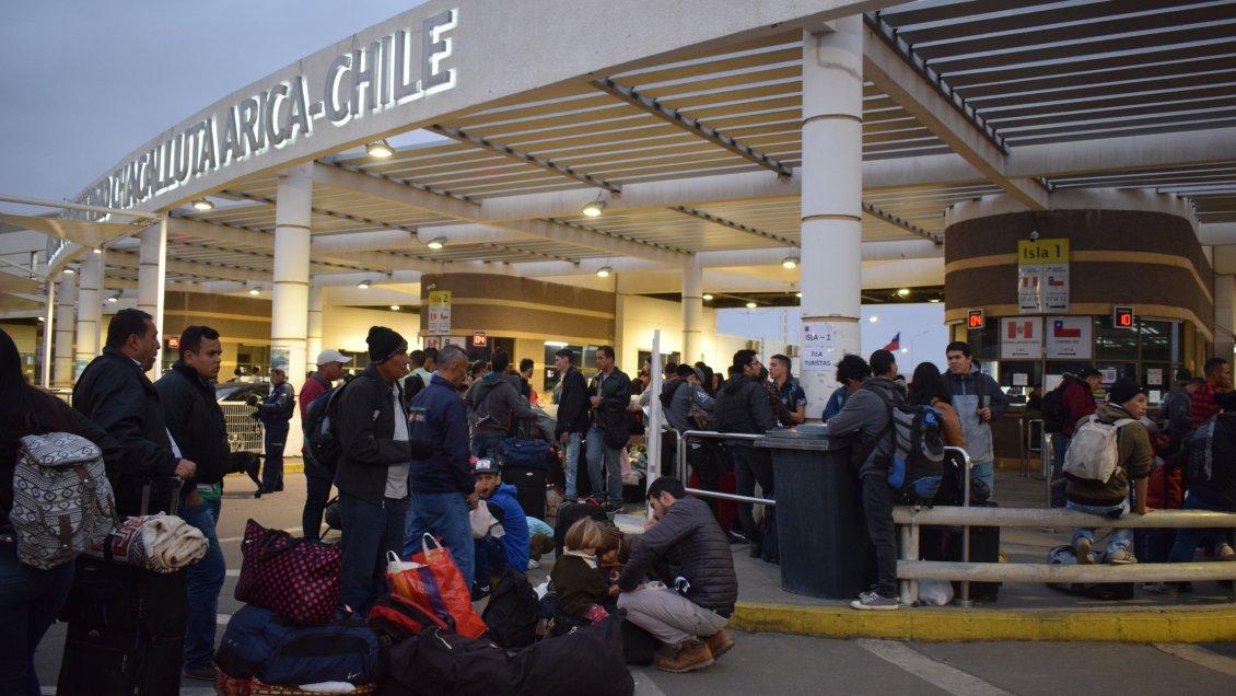 Alcalde de Arica criticó gestión del Gobierno por inmigrantes varados en el paso Chacalluta