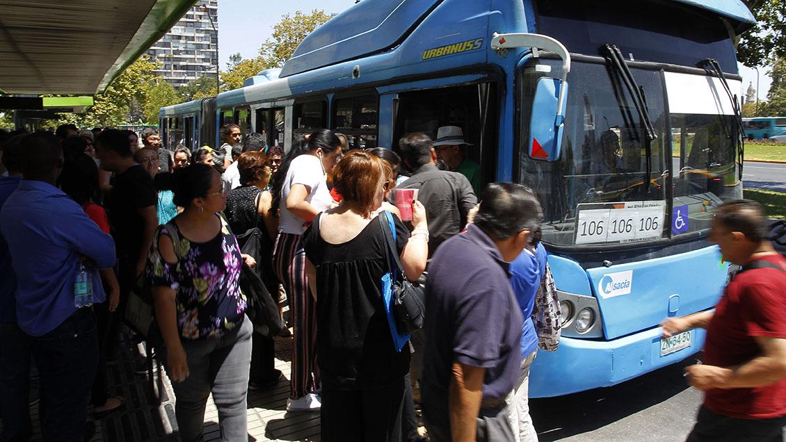 Las comunas de Santiago con menos recursos son las que más gastan en transporte
