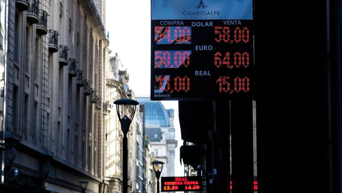 El peso argentino sigue su devaluación y el riesgo país alcanza cifra récord