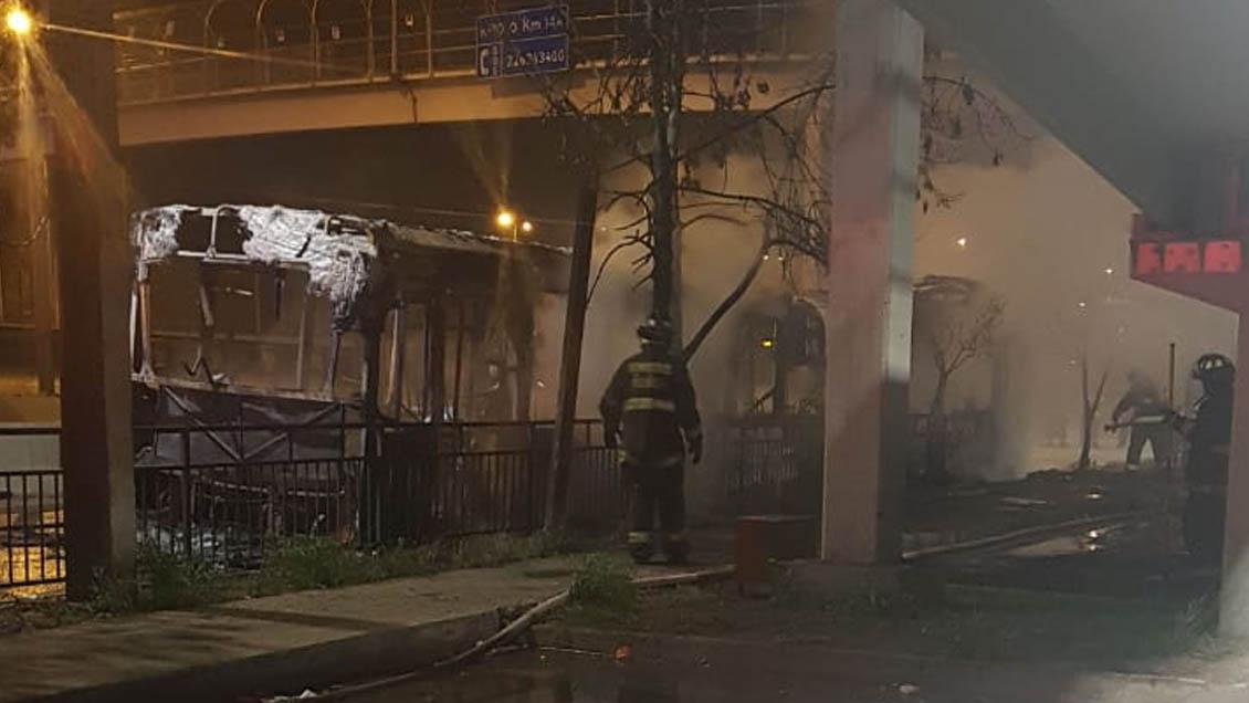 Policía Investiga incendio que destruyó bus del Transantiago en cercanías de la Rotonda Grecia