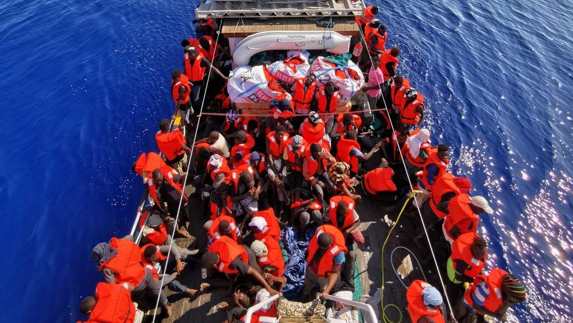 Gobierno cierra las aguas italianas a barco alemán que transporta 100 migrantes