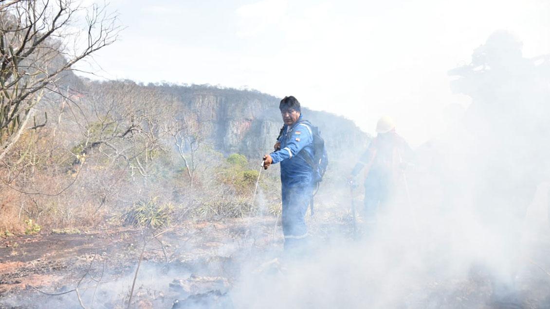 Evo Morales se viste de brigadista para abordar crisis por incendios forestales