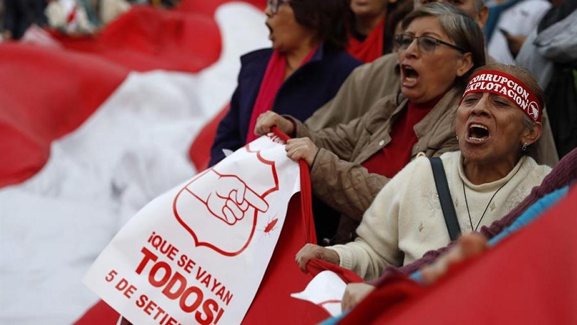 Peruanos marcharon para pedir cierre del Congreso y nuevos comicios