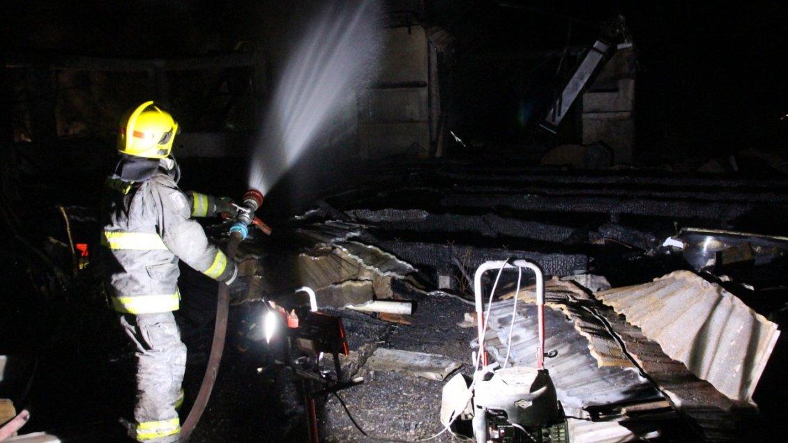 Investigan ataque incendiario en predio de conocido abogado de Temuco