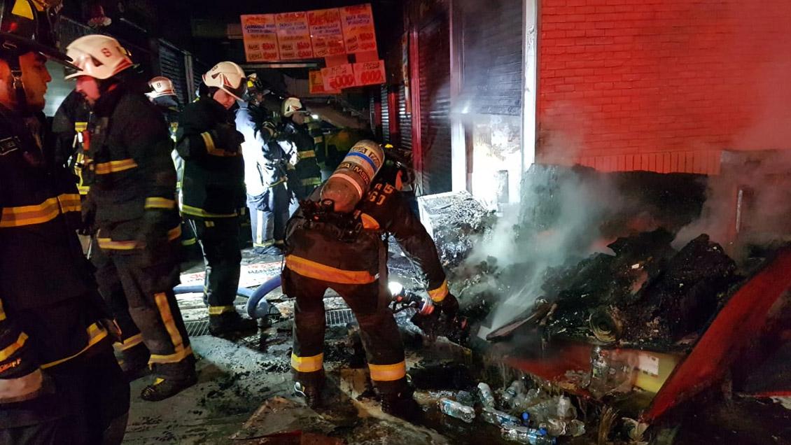 Incendio destruyó un local en el Mercado Tirso de Molina de Recoleta