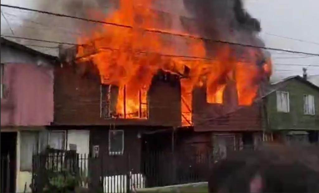Incendio destruyó dos viviendas en antiguo barrio de Puerto Montt - Cooperativa.cl