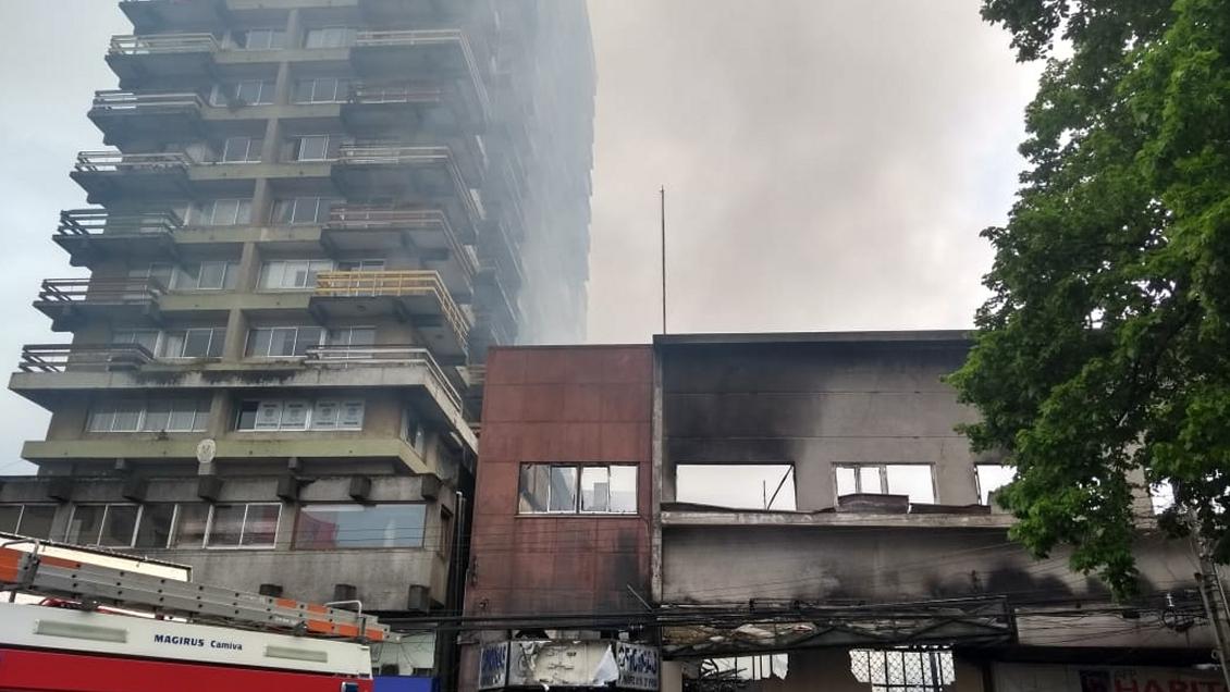 """Incendio """"nunca visto"""" en Osorno destruyó 15 departamentos y varios locales comerciales - Cooperativa.cl"""