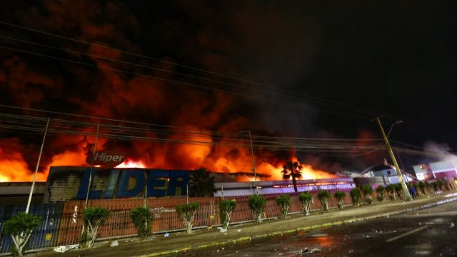 El gigantesco incendio que destruyó supermercado de Arica - Cooperativa.cl