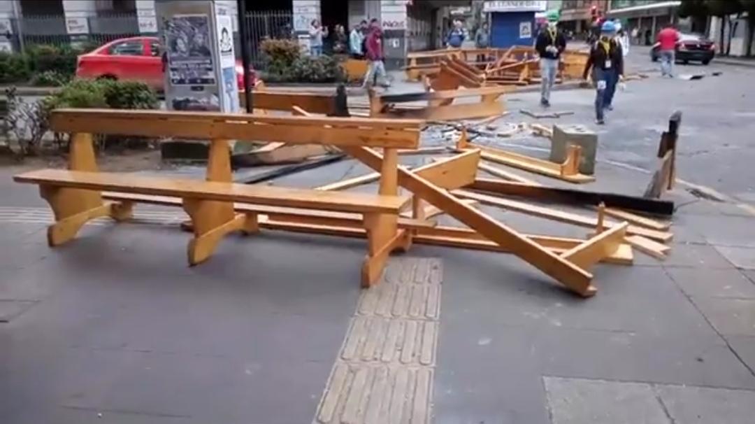 Encapuchados robaron bancas de Catedral de Puerto Montt y las quemaron en barricadas - Cooperativa.cl