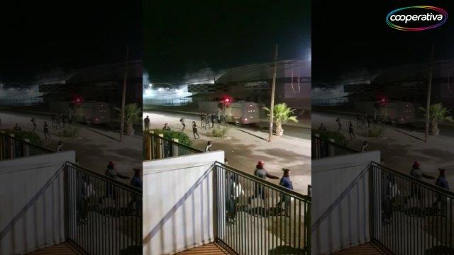 Arica: Carabineros dispersó a sujetos que intentaban saquear supermercado Unimarc - Cooperativa.cl