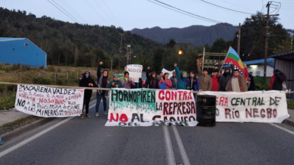 Vecinos se toman Carretera Austral en rechazo a construcción de central hidroeléctrica