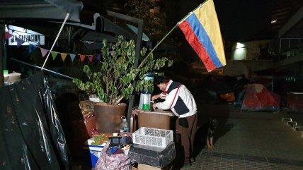 Cientos de colombianos y peruanos cumplen casi tres semanas acampando afuera de sus consulados